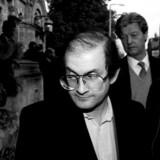 Salman Rushdie forlader den græsk-ortodokse kirke i Bayswater efter mindehøjtideligheden for Bruce Chatwin i februar 2008.