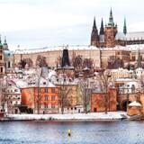 Prags berømte borg – Pražský hrad på tjekkisk – tårner sig op over byen og floden Moldau (Vltava).