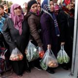 Folk står i kø for at købe grøntsager i en statssubsidieret grøntsagsbod i Istanbul. Tiltaget er en del af præsident Erdogans krig mod madterrorister.