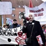 Forrige lørdag demonstrerede gruppen »Almen Modstand Mjølnerparken« mod boligorganisationen Bo-Vitas planer om at sælge omkring 300 boliger i Mjølnerparken i København, hvilket kan betyde, at mange familier skal flytte fra området. Bo-Vitas forslag kommer, i forlængelse af at et bredt flertal på Christiansborg sidste år besluttede, at der maksimalt må være 40 procent familieboliger i de såkaldte »hårde ghettoområder«.