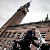 I sommeren 2018 indkøbte Københavns Kommune kunstværket »Dødsfald«, som er 20 nekrologer over kendte politikere, blandt andre statsminister Lars Løkke Rasmussen (V). Nu er værket kommet op at hænge.