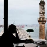 Den tyrkiske nobelprismodtager Orhan Pamuk bor selv i den by, mange af hans romaner så smukt kredser om - Istanbul. Han nye roman, »Den rødhårede kvinde«, handler om det moderne Istanbuls forandring.