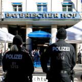 Deltagerne i det årlige forsvarsmøde i München bevogtes godt af politiet. Mødet foregår i det historiske hotel »Bayerischer Hof«, hvor politikere og forskere fra hele verden diskuterer sikkerhedspolitik. Det er det 55. møde. Foto: Ronald Wittek/EPA/Ritzau Scanpix