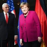 Den tyske kansler, Angela Merkel, og USAs vicepræsident, Mike Pence, stillede op til pressefotografering lørdag. Men der var ikke meget, de to ellers var enige om på sikkerhedskonferencen i München, der sluttede søndag.
