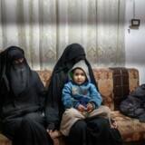 Tusinder af kvinder – heriblandt europæere, som her på billedet to franske kvinder – er dukket op i flygtningelejre i Syrien sammen med deres børn efter at være flygtet fra kampene omkring de sidste områder under Islamisk Stats kontrol. Ifølge den danske professor Frederik Harhoff skal man bevise, at de konkret har deltaget i krigshandlinger og overgreb for, at de kan dømmes for krigsforbrydelser