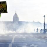 »Folket i sin helhed kan ændre alt«, står der på demonstrantens skilt.