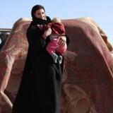 Den 19-årige tyske kvinde Leonora sammen med sit barn ved fronten mellem IS og oprørsgruppen SDF i det østlige Syrien. De kurdiske styrker har anholdt hendes mand, en tysk jihadist, så nu forsøger hun sammen med mandens anden kone at blive registreret hos SDF. Den tyske regering vil nu fratage personer med dobbelt statsborgerskab deres tyske statsborgerskab.