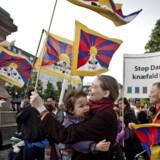 Det er blandt andet politiets håndtering af Tibetsagen der har ført til at regeringen nu ønsker at oprette en whistleblowerordning. Arkivfoto af demonstration mod Kinas menneskerettighedsovertrædelser over for Tibet, Støttekomiteen for Tibet, på Højbro Plads i 2012. Foto: Dennis Lehmann/Scanpix 2016