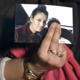 Renu Begum, storesøster til den bortløbne britiske pige Shamima Begum, holder et billede af sin lillesøster under en pressekonference i London. Shamima Begum er den mest kendte af de britiske piger, der er blevet »burkabrude« for Islamisk Stat, og som nu vil have lov til at vende hjem.