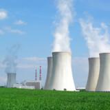 Atomkraft er stort set lige så grøn som vind- og solkraft. Men bør den blive en hjørnesten i den globale klimaløsning? Her køletårne ved et tjekkisk kernekraftværk.