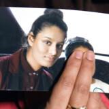 Shamima Begums søster, Renu Begum, fremviser et billede af teenageren, som Storbritannien vil fratage det britiske statsborgerskab. Foto: Laura Lean/Reuters/Ritzau Scanpix