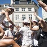 Selv en beskeden studentereksamen giver adgang til mange videregående uddannelser. Her er det sidste års studenter, der hopper i Storkespringvandet i København.