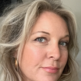 Rikke Levin, indehaver af Atelier Faded Flowers, hvor hun skaber dekorationer, buketter og konstellationer i tørrede blomster. Faded-flowers.dk og Instagram @fadedflowerscph. Desuden skaber hun indretninger for virksomheder og private.