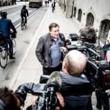 Jesper Nielsen fanget ved Højesteret tilbage i 2017. Han endte med at vinde sagerne over Skat. Til højre i billedet, i stribet skjorte, ses journalist Ole Hall, der har skrevet en bog om Kasi-Jesper.