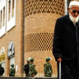 En ældre uighur passerer den store basar i Urumqi, Xinjiang.