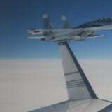 Det svenske flyvevåben har udsendt dette billede fra 19. februar som dokumentation. Her ser man det russiske SU-27-jagerfly kun 20 meter fra det svenske overvågningsfly. 10500 Försvarsmakten/Ritzau Scanpix