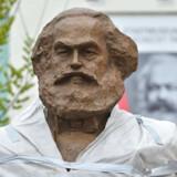 Karl Marx blev lagt i spændetrøje af kineseren Wu Weishan sidste år – måske som en kommentar til den stadig mere udbredte politisering af kunsten.