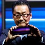 Sony Mobiles direktør, Mitsuya Kishida, viser den nye Xperia 1-toptelefon med den aflange skærm i 21:9-format. Foto: Rafael Marchante, Reuters/Ritzau Scanpix