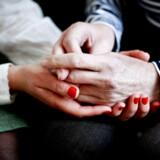 Sygdom rammer ofte også pårørende, når de bliver inddraget i de mange opgaver vedrørende plejen. Danske Patienter efterlyser en national plan for støtte til pårørende.