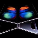 Galaxy Fold fra Samsung er reelt to smartphones oven på hinanden (her to telefoner – den ene vist oppefra, den anden nedefra). De foldes ud som en bog med skærmen på indersiden, og skærmen bliver dermed på 7,3 tommer i nærmest kvadratisk format, så man kan have tre apps i gang samtidig, men hvor f.eks. film kun vil fylde i bredden og bestemt ikke i højden. Prisen bliver på 1.980 dollar/13.100 kroner med salgsstart 26. april.