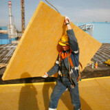En bygningsarbejder med isolationsmateriale ved et byggeri i Gliwice i det sydvestlige Polen.