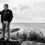 »Politikerne burde tale mere politik og bruge mindre tid på den private indpakning,« skriver Anders Krab-Johansen. Statsminister Lars Løkke Rasmussen laver en Facebook-liveupdatering, lige inden han skal holde åbningstalen til Folkemødet i Allinge i 2016.