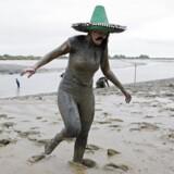 En deltager i det årlige Maldun Mud race i det østlige England er iført sombrero og falsk overskæg. Den mundering var hun næppe blevet populær på på Københavns Universitert, hvor en udklædningsfest med mexikansk tema blev til en krænkelses-sag,