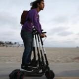 Elløbehjul – her fra amerikanske Bird på stranden i Los Angeles – breder sig som en steppebrand over hele verden, og investorerne er vilde med det. Mandag skaffede svenske Voi, der er kendt fra de københavnske gader, yderligere knap 200 mio. kr. i investering. Arkivfoto: Mario Tama/AFP/Ritzau Scanpix