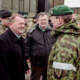 Forsvarsminister Claus Hjort Frederiksen og statsminister Lars Løkke Rasmussen hilser på soldater ved en NATO-øvelse i Oksbøl.
