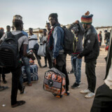 Flere af migranterne på byens busstation fortæller, at det ikke er med deres gode vilje, de nu vender tilbage til deres hjemland. Men da de er løbet tør for penge efter flere mislykkede forsøg på at nå til Europa, har de ingen andre muligheder end at vende om.