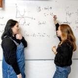Natalie Munch Kjær og Kira Grethe Bredtved (til venstre) går på Københavns Åbne Gymnasium. De går begge i 3.g og afsluttede matematik på B-niveau sidste år. Et fag, de begge var glade for.