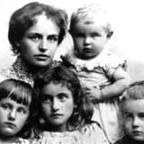 Agnes Henningsen med Poul på armen, og forrest fra venstre Esther, Elli og Tage. Billedet er udateret, men er taget ca. 1895, umiddelbart før ægtemanden Mads forlader kone og børn.