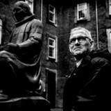 For Troels Borring har kræftsvulsten i hjernen betydet, at han har været nødt til at opgive sit arbejde som formand for Efterskoleforeningen. Arbejdet har fyldt utroligt meget i hans liv, og det at miste sin formandskab har været et hårdt slag for ham. Her er han sammen med Grundtvig-statuen ved Efterskoleforeningen i Vartovs gård i københavnske Farvergade.