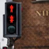 »Så hvis venstrefløjen i København ser et problem, kan de jo bare beslutte sig for, at mændene i lyssignalerne slet ikke identificerer sig som mænd,« skriver Alex Vanopslagh (LA).