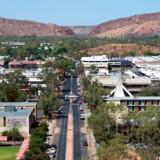 Alice Springs bliver ofte besøgt af aboriginere, som bor i ødeliggende samfund i ørkenområdet i den centrale del af Australien.