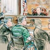 Paul Manafort (i midten) modtog dommen fra dommer T. S. Ellis. REUTERS/Bill Hennessy/Reuters