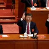 Her ses præsident Xi Jinping mellem sine to forgængere, Hu Jintao (t.v.) og Jiang Zemin. De to sidstnævnte var – og er –sorthårede livet igennem.