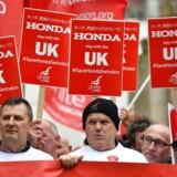 Ansatte på den japansk ejede Honda-bilfabrik i Storbritannien demonstrerede tidligere på ugen foran Parlamentet i London imod beslutningen om lukke fabrikken. Demonstranterne mener, at de britiske politikere har lovet, at Brexit ikke ville få den konsekvens, at arbejdspladser ville blive nedlagt.