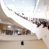 Elever fra Ørestad Gymnasium tog torsdag imod undervisningsminister Merete Riisager og sognepræst Kathrine Lilleør. En del elever var utilfredse med besparelserne på undervisningsområdet.
