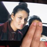 Renu Begum, søster til den britiske teenagepige Shamima Begum, med et foto af sin søster, som hun håber kan vende tilbage til Storbritannien. Pool New/Reuters