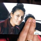 Shamima Begums søster holder et billede af den nu 19-årige IS-brud frem foran kameraet. Sådan så hun ud, inden hun som 15-årig sluttede sig til Islamisk Stats sorte faner i Syrien.
