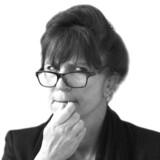 »Hverken høfeber, hypotermi, iltmangel eller overdreven buh'en er befordrende for tankekraften, men hvilke fysiologiske forklaringer finder man i dag på kønspolitiske indsigelser mod trafiklys, der forestiller en uspecifik person uden synlige genitalier i grøn gang og rød stående stilling,« spørger Susanne Staun.