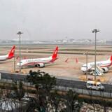 Tre Boeing 737 Max 8-fly står parkeret i lufthavnen i Shanghai. De får ikke lov til at lette lige foreløbig. Den kinesiske regering har nemlig forbudt flyselskaberne at sende dem i luften, efter at to fly af den type er styrtet ned i Etiopien og Indonesien. Flere andre flyselskaber har fulgt trop.