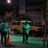 Et hold medarbejdere fra det statslige elselskab Corpoelec patruljerer et kvarter i Caracas.