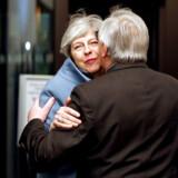 Europæiske kindkys mellem kommisionsformand Jean-Claude Juncker og premierminister Theresa May, da hun mandag aften var i Strasbourg.