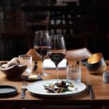 Michelle Hemme og Jakob Spolum har sammen restaurant HOS i Kongensgade i Odense. Her er det grillet okse med løg fra Torup Bakkegård, porre og sauce med fermenteret hvidløg.
