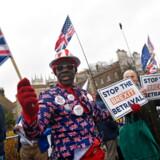 Nationalistiske og nykonservative kræfter som Storbritanniens Brexit-tilhængere stiller spørgsmål ved de vestlige landes værdigrundlag og kaster bomber og granater mod den sejrsvante vestlige tænkemåde. Og måske har de fat i noget ...