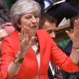 Theresa May talte tirsdag eftermiddag til en halvtom sal i det britiske parlament, og hendes stemme svigtede. Tirsdag aften svigtede stemmerne i parlamentet hende også.