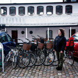Københavnske cykeludlejere med Yael Bassan, der er direktør for og indehaver af Copenhagen Bicycles i spidsen, forsøgte tirsdag at udleje cykler uden for Transportministeriet uden tilladelse. Det mener, de at de er i deres gode ret til, efter at Transportministeriet har kritiseret Københavns Kommune for ikke at tillade udlejning af løbehjul og delecykler.