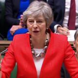 Theresa May talte tirsdag eftermiddag til en halvtom sal i det britiske parlament, og hendes stemme svigtede. I aften vil stemmerne også svigte hende, vurderer de politiske analytikere.